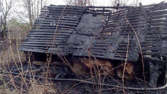Внаслідок пожежі сухої трави біля Львова згоріла господарська будівля