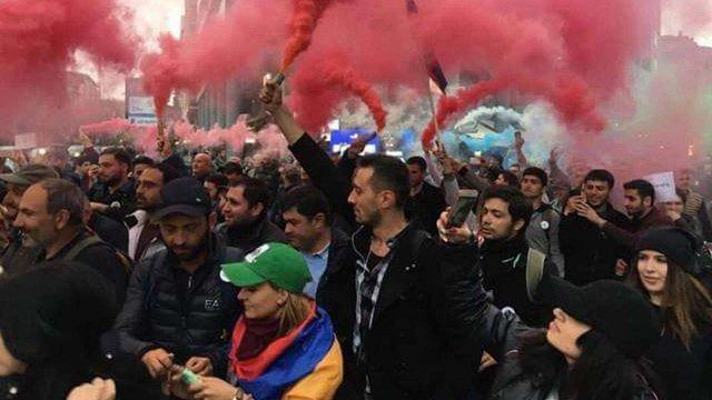 Лідер вірменської опозиції оголосив про початок «оксамитової революції»