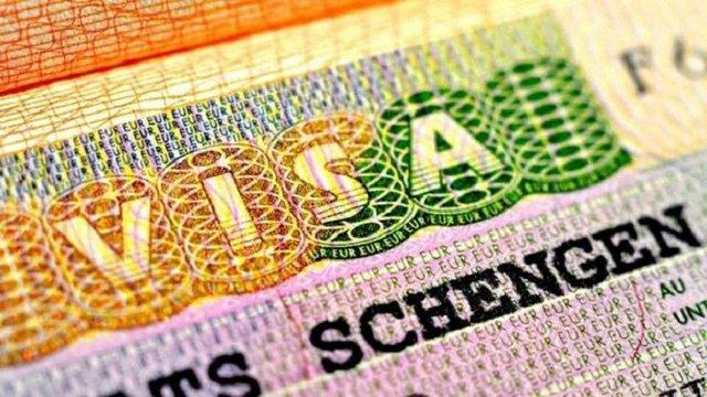 Попит на шенгенські візи серед українців впав удвічі