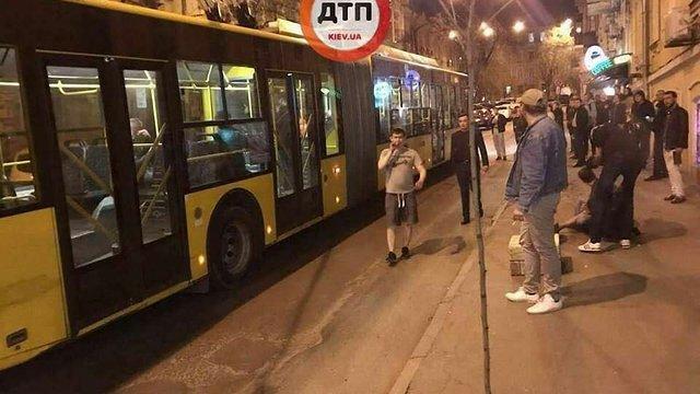 У Києві перекрили вулицю через бійку і різанину в тролейбусі