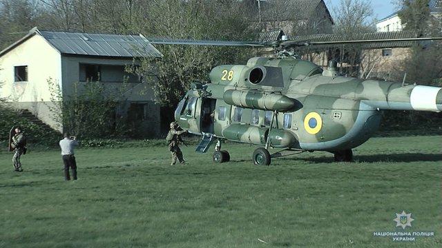 На Вінниччині поліція використала вертоліт, щоб знешкодити нетверезого озброєного чоловіка