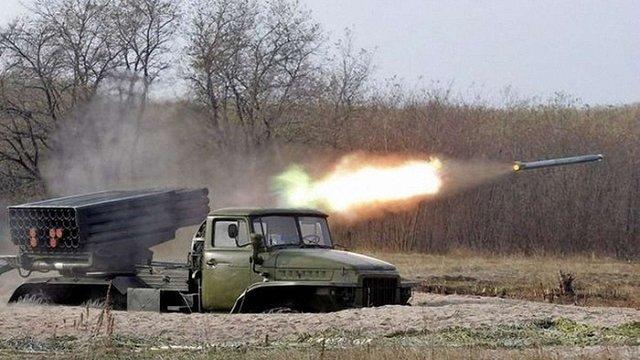 Російські окупаційні сили на Донбасі обстріляли українських військових з «Градів», є загиблий