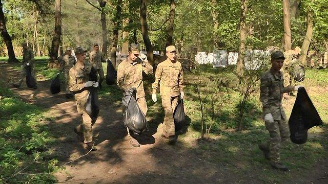 Курсанти Академії сухопутних військ прибрали у Парку культури