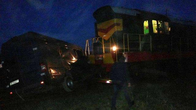У прикордонному містечку на Львівщині потяг врізався в автомобіль
