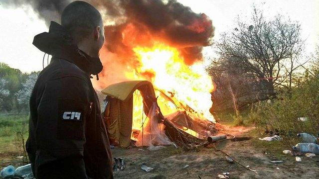 Націоналісти з  С14 спалили табір ромів на Лисій горі в Києві