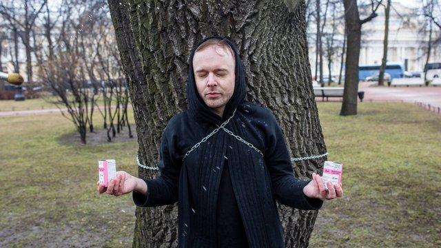 Хворий ВІЛ-активіст прикував себе до дуба і обливався глодом у Санкт-Петербурзі