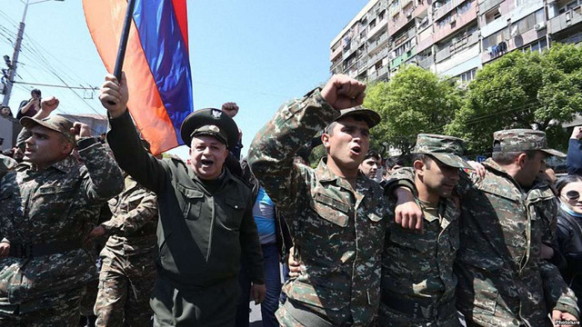 У Вірменії до протестувальників долучились люди у військовій формі