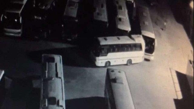 Нетверезий водій протаранив два автобуси на стоянці у Львові