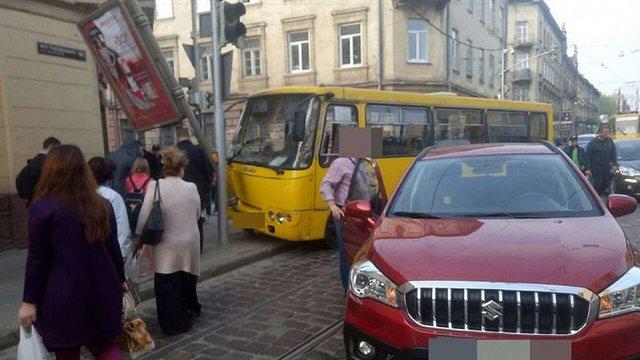 На вул. Городоцькій маршрутка з пасажирами в'їхала у стовп