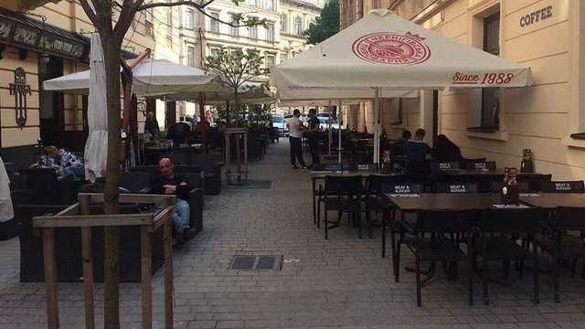 Два нелегальні літні майданчики на вул. Курбаса у Львові демонтують