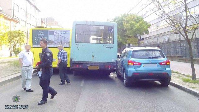 У Львові трапилася ДТП з двома маршрутками і легковиком