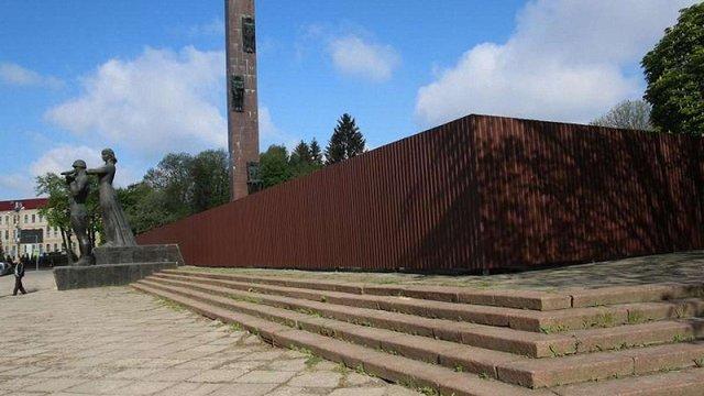 У Львові обгородили аварійний  Монумент Слави