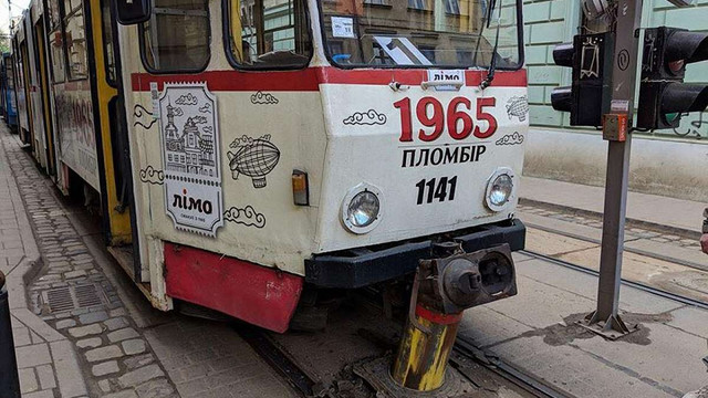 У центрі Львова трамвай наїхав на болард