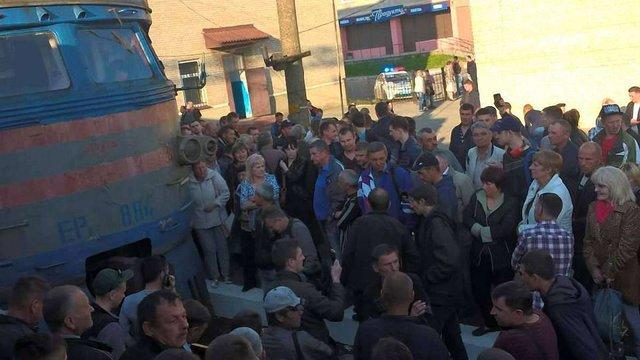 У Львові незадоволені пасажири на дві години заблокували рух електропотягів