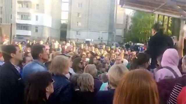 У Рясному організували акцію підтримки звільненої за допис про Гітлера вчительки