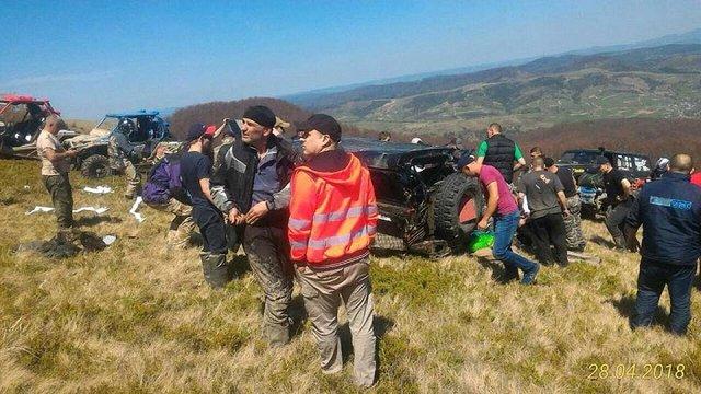 Під час трофі-рейду у горах на Львівщині позашляховик з екіпажем впав у провалля