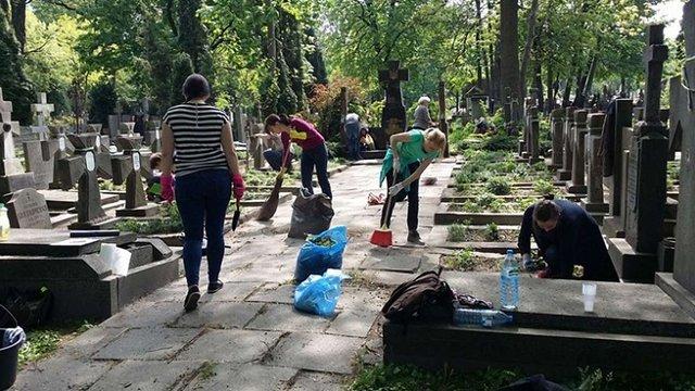 Українська громада прибрала сміття та бур'яни на могилах воїнів УНР у Варшаві