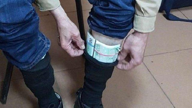 На Харківщині прикордонники затримали українця, який намагався у шкарпетках вивезти €25 тис.