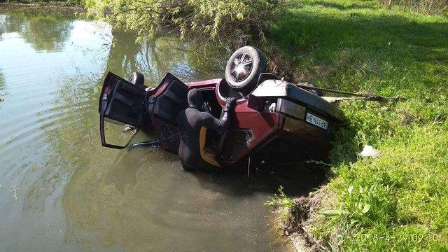 В Запорізькій області внаслідок падіння автомобіля в озеро загинула жінка