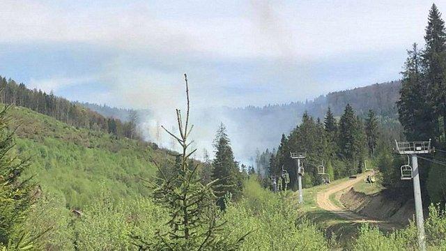На Львівщині евакуювали туристів із гори Зворець через загоряння трави