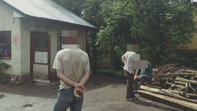 Львівські патрульні впіймали п'ятьох чоловіків, що розбирали стіни колишнього військкомату