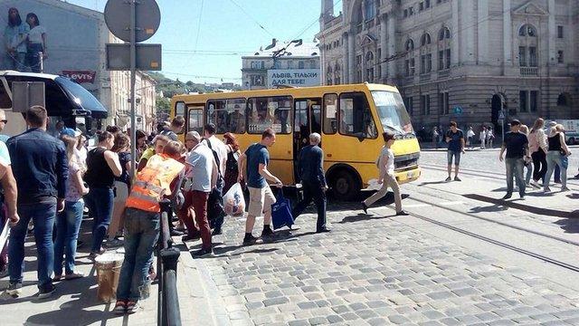 На пішохідному переході в центрі Львова приміська маршрутка збила 18-річну дівчину