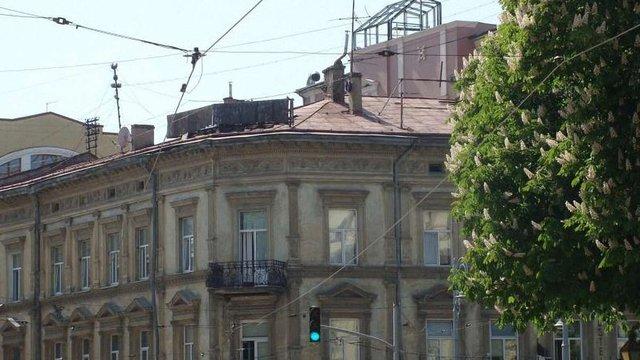 Львівська мерія вимагає демонтувати самовільно встановлену конструкцію на даху «Гранд Готелю»