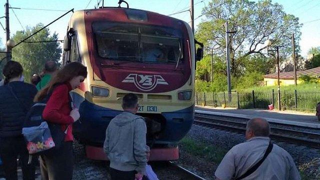 Пасажири електрички перекрили залізничну колію у Пустомитах