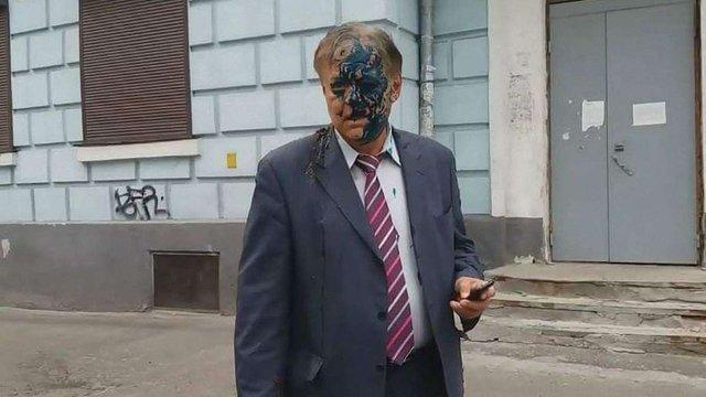 Керівника російського центру науки в Києві облили зеленкою та фекаліями