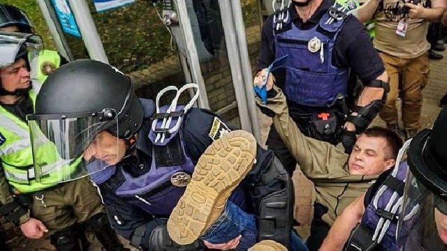 В Києві на акціях до Дня перемоги сталися сутички