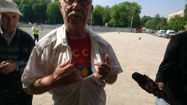 Львівська поліція затримала 80-річного пенсіонера у футболці з комуністичною символікою