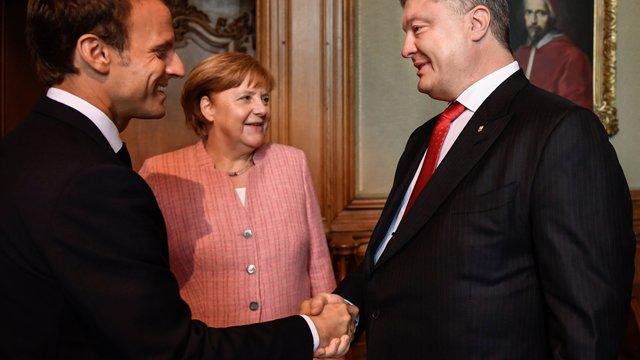 Порошенко зустрівся з Меркель і Макроном у Німеччині