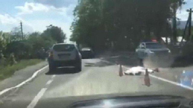 На трасі Київ-Чоп мікроавтобус на смерть збив пішохода