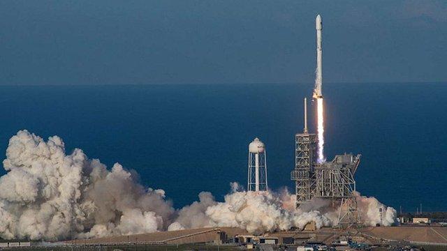 SpaceX успішно запустила модернізовану ракету Falcon 9 з модулем для пілотів