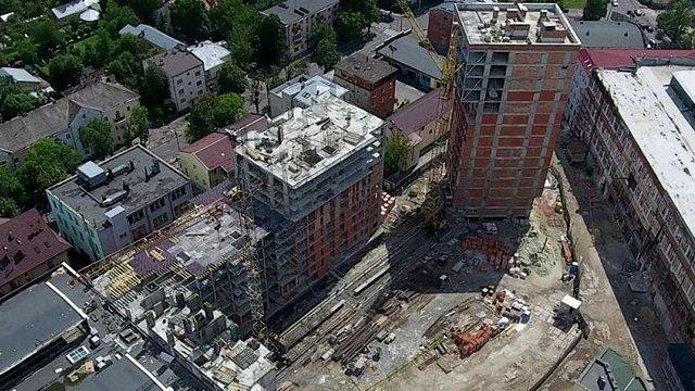 На будмайданчику у Львові на будівельника впав металевий щит