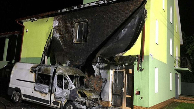 Унаслідок пожежі у Самборі згорів мікроавтобус та частина житлового будинку