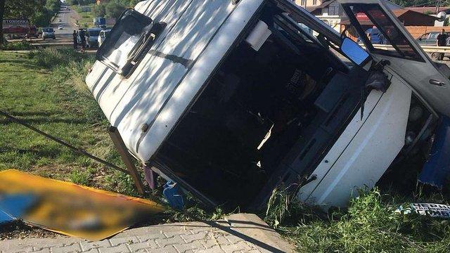 На Буковині внаслідок ДТП травмувалися шестеро пасажирів рейсового автобуса