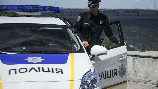 На трасі Львів-Краковець зупинили п'яного водія, який їхав з увімкненими проблисковими маячками