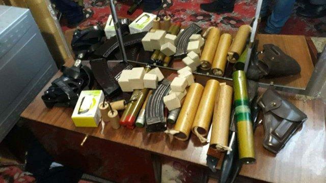 У військового прапорщика-пенсіонера на Прикарпатті знайшли великий арсенал зброї