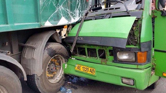 На Дніпропетровщині маршрутка врізалась у вантажівку, постраждали 22 людини