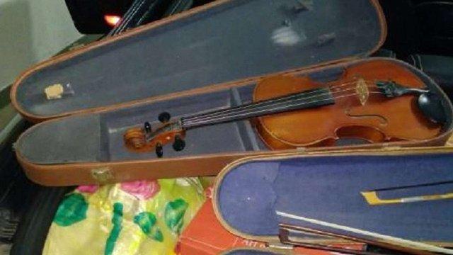На Закарпатті затримали жінку, яка хотіла незаконно вивезти з України старовинні скрипки