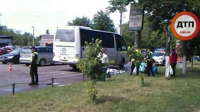 Під Києвом автобус збив на переході двох дітей на роликах, одна з них загинула