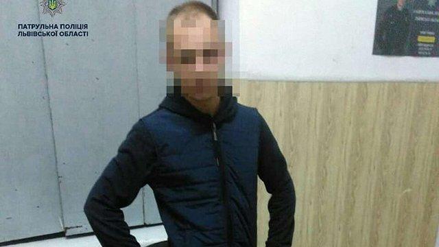 Патрульні затримали у Львові викрадача автодзеркал під час спроби відкрутити дорожній знак