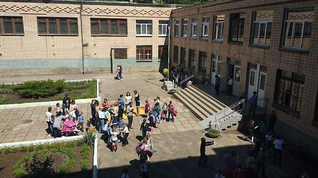37 школярів у Миколаєві потрапили до лікарні після розпилення у школі невідомого газу