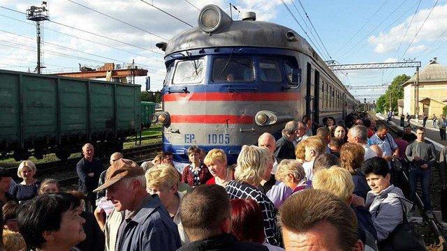 У Львові пасажири знову заблокували рух поїздів на станції «Скнилів»