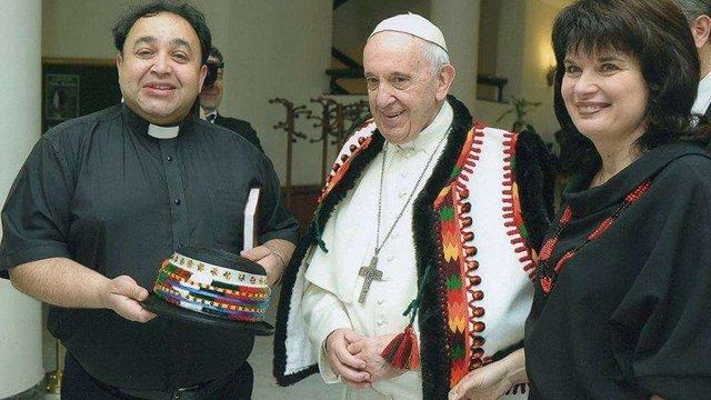 Папа Римський приміряв гуцульське вбрання