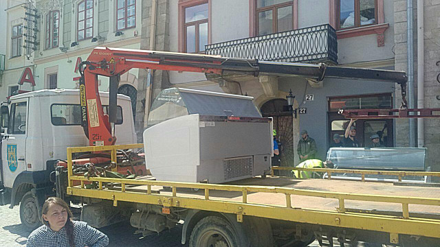 У центрі Львова «муніципали» демонтували нелегально встановлені холодильники