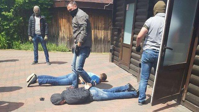 У Києві затримали групу вимагачів, які погрожували людям зарубати сокирою за неіснуючі борги