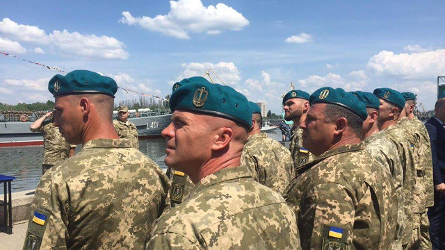 Морські піхотинці з Феодосії влаштували демарш перед Порошенком через зміну беретів