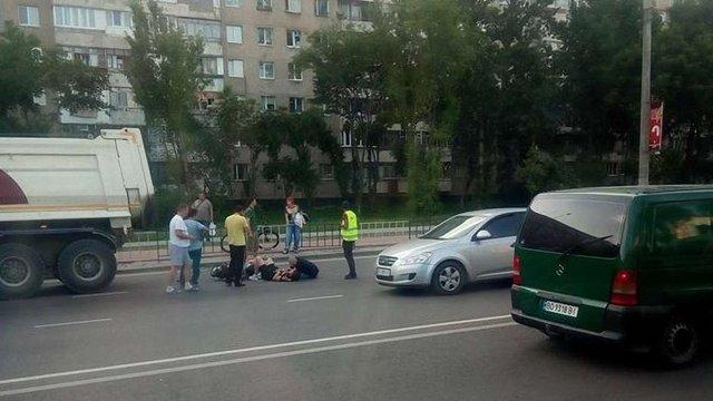 У Львові скутерист врізався в КамАЗ